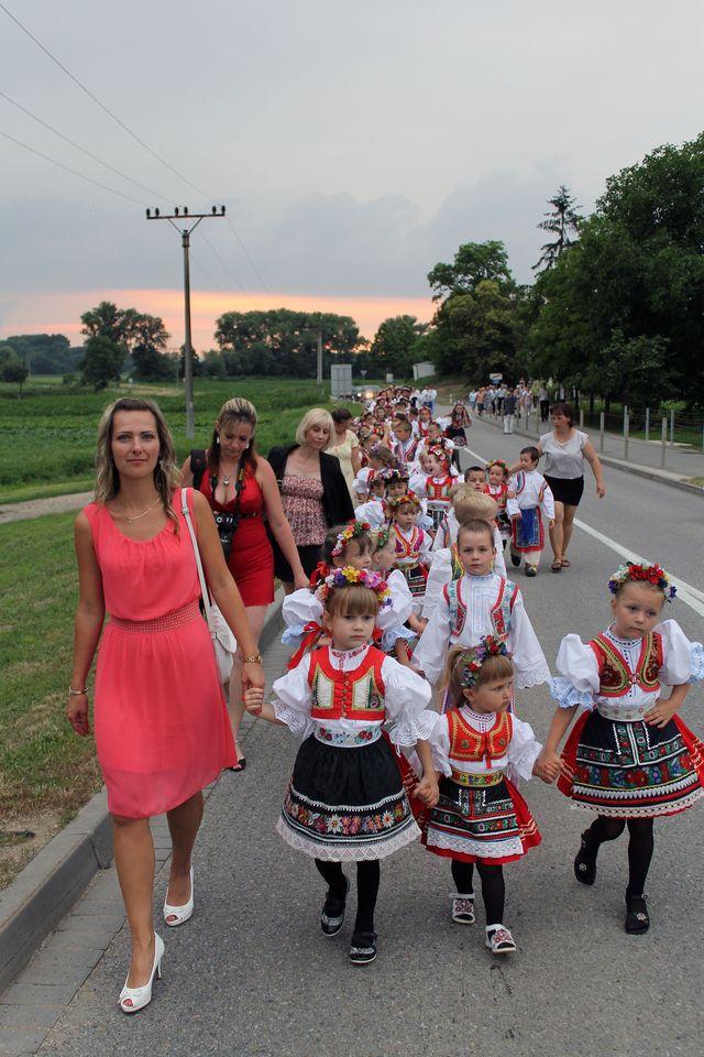 Pochod krojovaných směrem k parketu; Autor: Jan Vančík