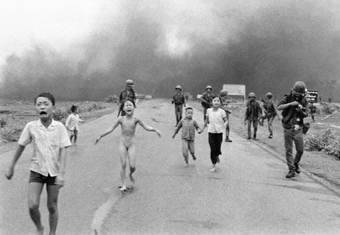 foto: VIETNAM - napalmový útok 8. června 1972