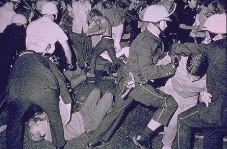 foto: Policie proti hippies a anti-válečným aktivistům