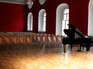 Mozartův sál zaplněný židlemi