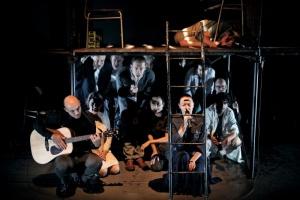 Kompletní herecká sestava v druhé části představení