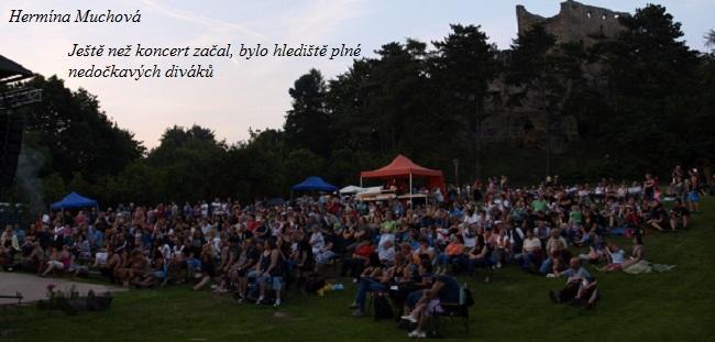 Ještě než koncert začal, bylo hlediště plné nedočkavých diváků