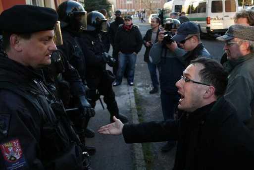 Janov 17.11.2008  - akce Dělnické strany a policejní zásah. Lidé policistům nadávali, že cikány brání....