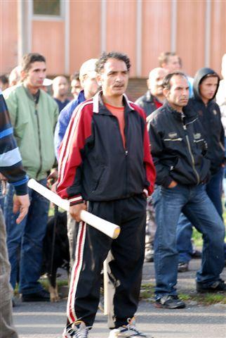 Janov 18.10.2008. Takto ozbrojeni čekali cikáni na neonacisty. Ale v mediích se sporadixky objevila jen část těchto fotek, ozbrojené neonacisty nikde z tohoto dne neuvidíte. Proč?
