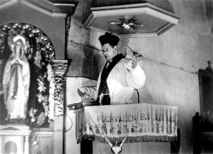 Komunistický prokurátor a vrah Karel Čížek představující ve filmu Josefa Toufara