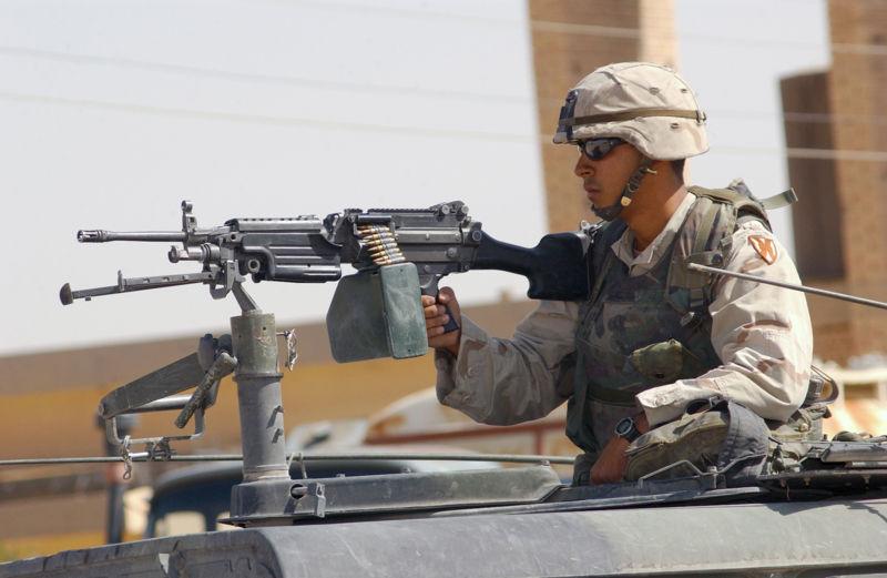 Americký voják u kulometu ve věží Humvee Wikipedia