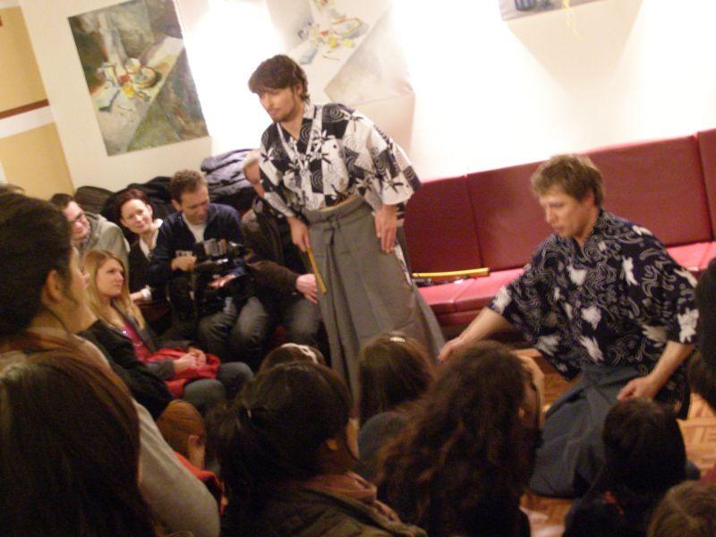 Herci při představení používají japonské kostýmy. FOTO: Marie Málková