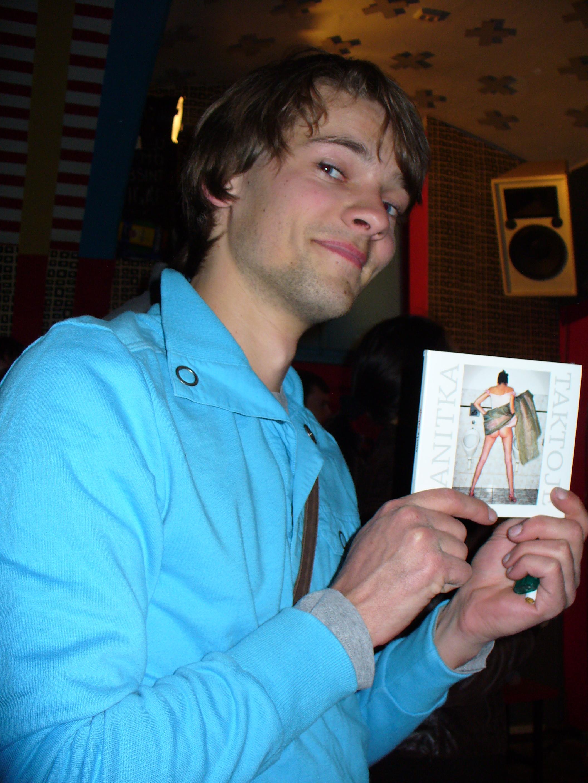 Slíbené CD od Sanitky si opravdu jeden z diváků odnesl. Foto: Dana Kopecká