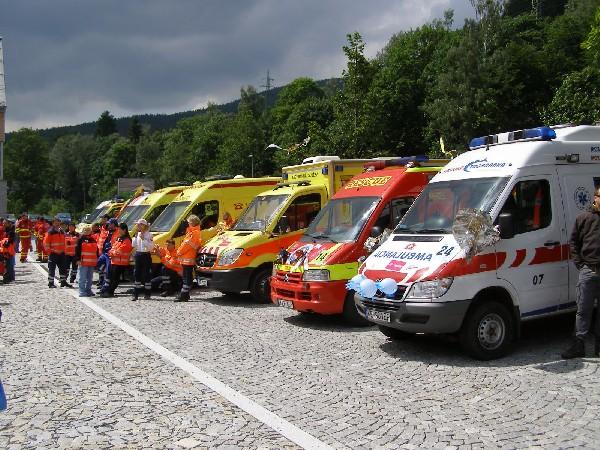 Sanitky soutěžících posádek Rallye Rejvíz.