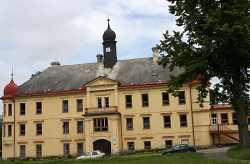 Ze zámku je už řadu let škola