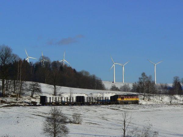 Větrná elektrárna nedaleko obce Ostružná a nákladní vlak do Jeseníku