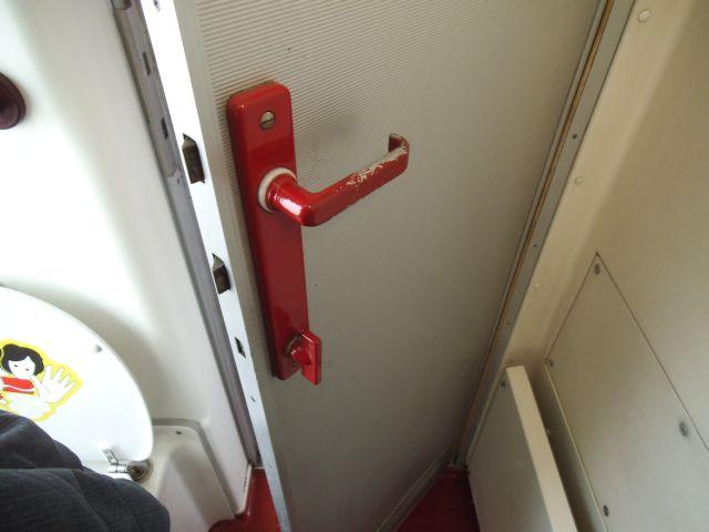 Klička na zamknutí dveří ve voze Bmz