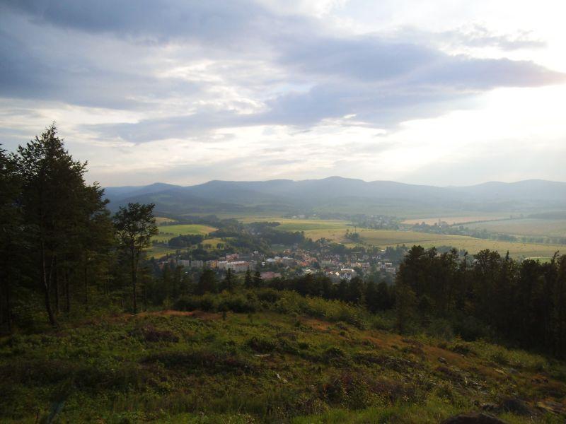Vyhlídka na vesnici Žulová z Boží hory