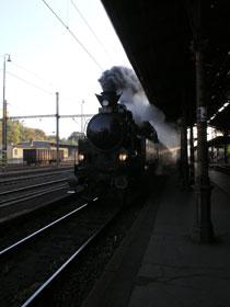 Na druhé nástupiště Horního nádraží přijíždí vlak s parní mašinou