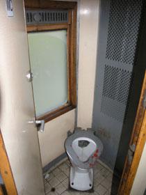 Každý vagón pro přepravu osob má minimálně jeden prostorný záchod.