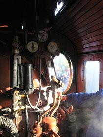 Pohled ze strojovny parní lokomotivy